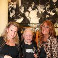 Cindy Lopes et Julie Pietri entourent Maurice Renoma lors des 50 ans de la boutique Renoma, à Paris, le 22 octobre 2013
