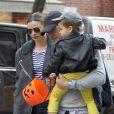 Miranda Kerr quitte son appartement avec Orlando Bloom et leur fils Flynn à New York. Le 28 octobre 2013.