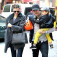 Miranda Kerr, Orlando Bloom et leur fils Flynn surpris dans le quartier de l'Upper East Side à New York. Le 28 octobre 2013.