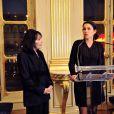 Juliette Greco reçoit les insignes de Commandeur de la Légion d'honneur au ministère de la Culture à Paris le 12 décembre 2012.