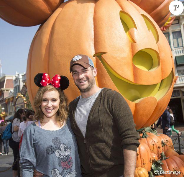 Alyssa Milano et son mari David Bugliari à Disneyland. Anaheim, le 26 octobre 2013.