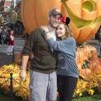 Alyssa Milano et David Bugliari préparent Halloween en se rendant à Disneyland. Anaheim, le 26 octobre 2013.