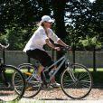 Exclusif - Valérie Trierweiler fait du vélo dans le parc de Versailles le 24 juillet 2012.