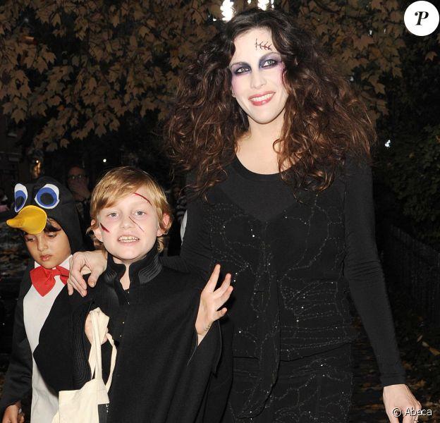 Liv Tyler et son fils Milo ont cherché des bonbons pour Halloween dans le quartier de West Village, à New York, le 31 octobre 2013.