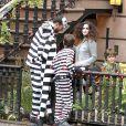 Liv Tyler et son fils Milo ont distribués des bonbons pour Halloween dans leur quartier de West Village, à New York, le 31 octobre 2013.