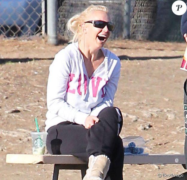 Britney Spears, hilare, assiste au match de football de ses fils à Woodland Hills (Los Angeles), le 2 novembre 2013.