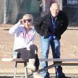 Surveillée par son garde du corps, Britney Spears assiste au match de football de ses fils à Woodland Hills (Los Angeles), le 2 novembre 2013.