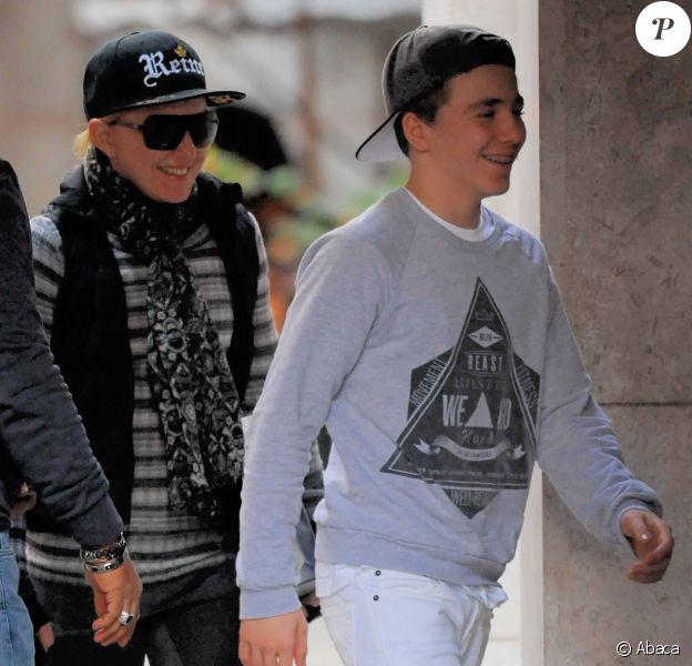 Madonna avec son fils Rocco se rend au centre de la Kabbale à New York, le 2 novembre 2013.