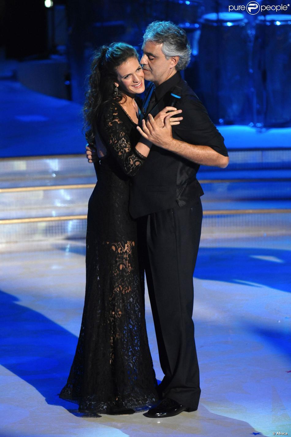 """Andrea Bocellidans le """"Danse avec les stars"""" italien avec sa fiancée Veronica Berti à Rome le 2 novembre 2013."""