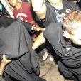 Le chanteur Justin Beiber sort d'une maison close et se cache sous une couverture à Rio de Janeiro, le 1er novembre 2013.