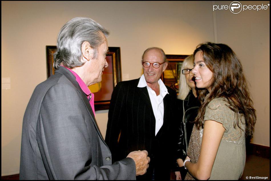 Alain Delon, Anouchka Delon, Mireille Darc et son mari Pascal Desprez lors de l'exposition de la collection personnelle d'Alain Delon le 15 octobre 2007 à Paris
