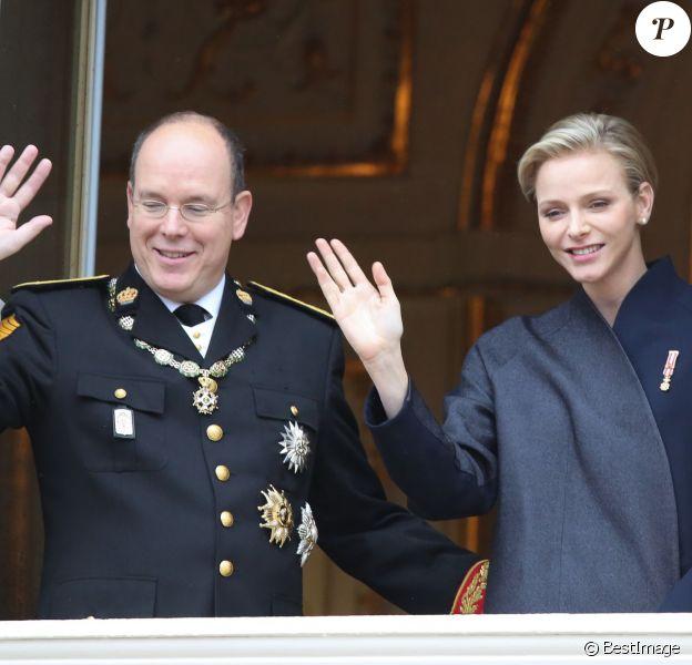 Le prince Albert II et la princesse Charlene de Monaco au balcon du palais princier lors de la fête nationale de Monaco le 19 novembre 2013