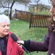 Doria Tillier interview une Poilue lorsqu'elle fait la météo à Poil dans Le Grand Journal le mercredi 20 novembre 2013 sur Canal +
