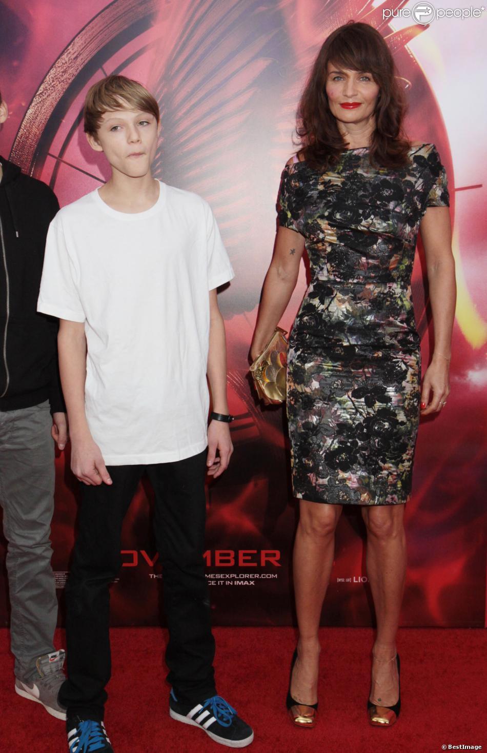 """Helena Christensen et son fils Mingus Lucien Reedus lors de l'avant-première du film """"Hunger Games : L'Embrasement"""" à New York, le 20 novembre 2013"""