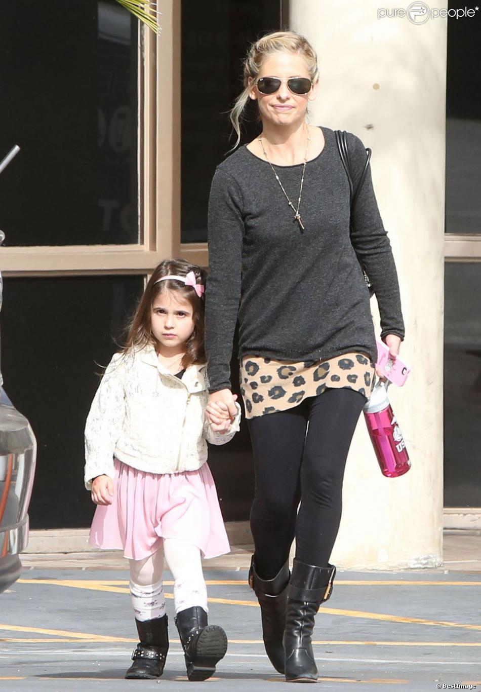 La jolie Sarah Michelle Gellar accompagne sa fille Charlotte à son cours de danse à Los Angeles, le 23 novembre 2013