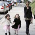 Sarah Michelle Gellar accompagne sa fille Charlotte à son cours de danse à Los Angeles, le 23 novembre 2013. La petite Charlotte retrouve sa meilleure copine avec bonheur !