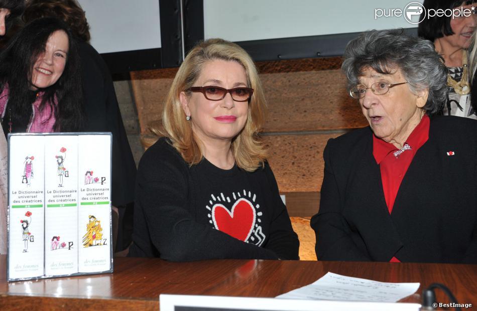 Catherine Deneuve et Antoinette Fouque lors de la présentation du Dictionnaire universel des créatrices au siège de l'Unesco à Paris, le 22 novembre 2013