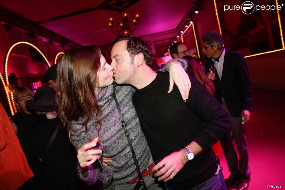 Justine Lévy et Patrick Mille s'embrassent à la remise des Prix Fooding 2014 au Cirque d'Hiver à Paris, le 25 novembre 213.