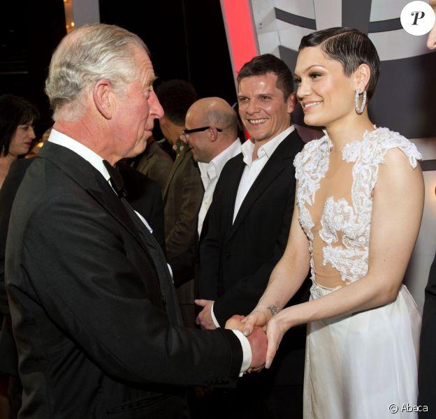 Le prince Charles et Jessie J, qui des deux est le plus flatté ? Le prince Charles saluant les artistes de la Royal Variety Performance du 25 novembre 2013 au Palladium, à Londres.