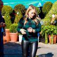 Hilary Duff surprise à Beverly Hills, porte un pull à carreaux Equipment, un legging en cuir Paige Denim et des souliers Jimmy Choo (modèle Limit). Le 28 novembre 2013.