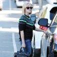 Reese Witherspoon, stylée derrière ses lunettes Ray-Ban dans le quartier de Brentwood. Los Angeles, le 27 novembre 2013.