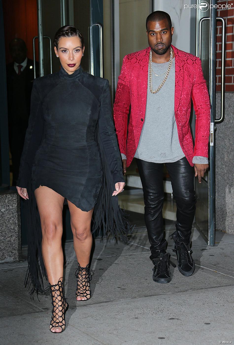 Kim Kardashian, ultrasexy en robe en daim et à franges Gareth Pugh et chaussures Gianvito Rossi, quitte l'appartement de Kanye West avec son fiancé. New York, le 23 novembre 2013.