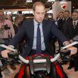 """Le prince William visite le salon de moto """"Motorcycle Live"""" à Birmingham le 30 novembre 2013. Possesseur d'une Ducati 1199, le duc de Cambridge a pu essayer les dernières grosses cylindrées, et a reçu en cadeau une mini-bike pour son fils le prince George !"""