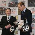 Le prince William, fana de motos sportives, s'est fait plaisir au salon Motorcycle Live à Birmingham le 30 novembre 2013 et a même reçu en cadeau une mini-bike pour le prince George de Cambridge, son fils de 4 mois.