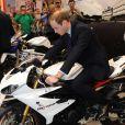 Le prince William, féru de motos sportives, s'est fait plaisir au salon Motorcycle Live à Birmingham le 30 novembre 2013 et a même reçu en cadeau une mini-bike pour le prince George de Cambridge, son fils de 4 mois.