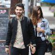 Joe Jonas et sa petite amie Blanda Eggenschwiler font du shopping à Los Feliz, le 20 novembre 2013.
