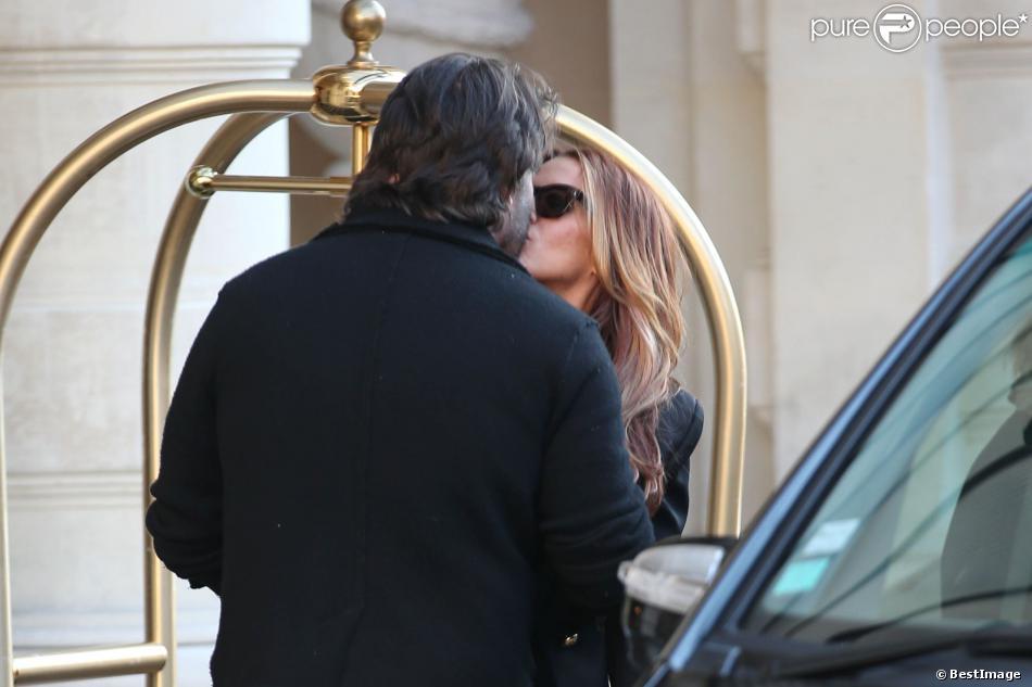 Exclusif - Poppy Montgomery et son compagnon Shawn Sanford s'embrassent à l'entrée de l'hôtel Shangri-La. Paris, le 10 décembre 2013.