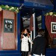 Poppy Montgomery et Shawn Sanford quittent le Café Laurent dans le 6e arrondissement. Paris, le 10 décembre 2013.