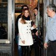 Poppy Montgomery et Shawn Sanford quittent le restaurant Chez Fernand, dans le 6e arrondissement. Paris, le 10 décembre 2013.
