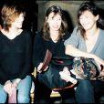 Charlotte Gainsbourg, Kate Barry et Jane Birkin au défilé John Galliano à Paris, le 14 mars 1997.