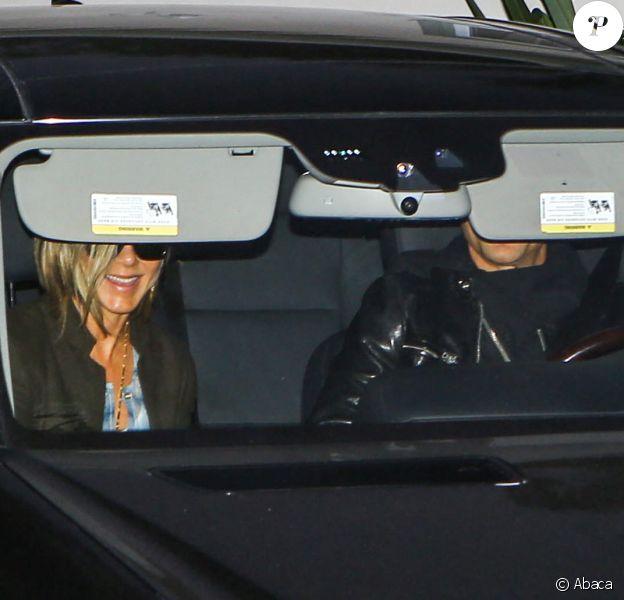 Jennifer Aniston et son fiancé Justin Theroux quittant la Baby-shower organisée par Emily Blunt, enceinte de son premier enfant, à Los Angeles le 14 décembre 2013