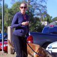 Emily Blunt (enceinte) promenant son chien dans un parc à Hollywood, le 14 décembre 2013