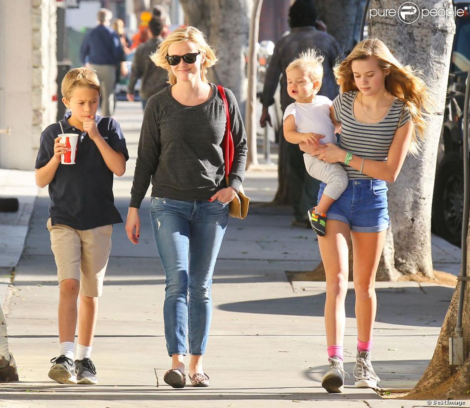Reese Witherspoon emmène ses enfants Ava, Deacon, et Tennessee déjeuner à Westwood, le 20 décembre 2013