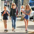 Reese Witherspoon emmène ses enfants la superbe Ava, le craquant Deacon, et l'adorable Tennessee déjeuner à Westwood, le 20 décembre 2013