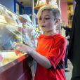 """Gwen Stefani, enceinte, son mari Gavin Rossdale avec leurs fils Kingston et Zuma achètent des glaces a """"Baskin Robbins"""" à Brentwood, le 22 décembre 2013."""