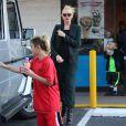 """Gwen Stefani, enceinte, son mari Gavin Rossdale et leurs fils Kingston et Zuma achètent des glaces a """"Baskin Robbins"""" à Brentwood, le 22 décembre 2013."""