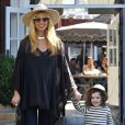 Rachel Zoe, enceinte, et son mari Rodger Berman emmènent leur fils Skyler au Brentwood Country Mart, le 1er décembre 2013.