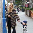 Rachel Zoe, enceinte, emmène son fils Skyler manger une crème glacée à West Hollywood, le 22 novembre 2013.