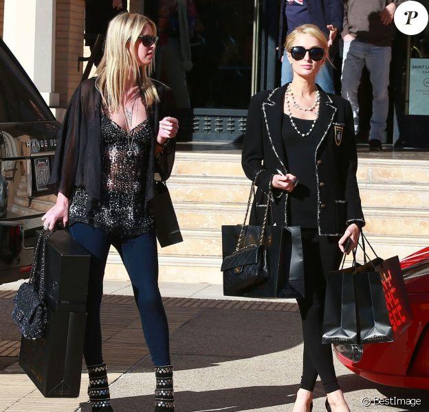 """Paris et Nicky Hilton font leurs courses de Noël à """"Barneys New York"""" à Beverly Hills, le 24 décembre 2013."""