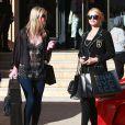 """Paris et Nicky Hilton font leur shopping de Noël au magasin """"Barneys New York"""" à Beverly Hills, le 24 décembre 2013."""