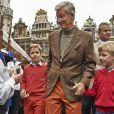 Le roi Philippe de Belgique avec ses fils les princes Gabriel et Emmanuel le 22 septembre 2013 à Bruxelles pour la 'journée sans voitures'.