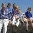 Le roi Philippe et la reine Mathilde de Belgique en vacances à l'Ile d'Yeu le 24 juillet 2013 avec leurs enfants Elisabeth, Gabriel, Emmanuel et Eleonore.