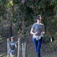 Anne Hathaway en pleine séance de jogging avec son mari Adam Shulman et leur chienne Esmeralda, sur les hauteurs de Los Angeles le 27 décembre 2013