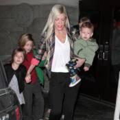 Tori Spelling : Amincie et sans alliance, elle se réfugie avec ses enfants...