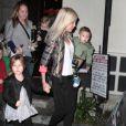 Exclusif - Tori Spelling et ses enfants, Liam, Stella, Hattie et Finn, sortent du restaurant Benihana à Encino, le 29 décembre 2013.