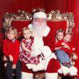 Liam (6 ans), Stella (5 ans) et des deux petits derniers, Hattie (2 ans) et Finn (1 an) les enfants de Tori Spelling et Dean McDermott, prennent la pose pour des photos souvenir, décembre 2013.